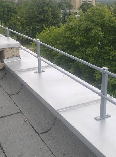 Netinkamai įrengta parapeto tvorelė - montavimas tiesiai per apsauginę skardą